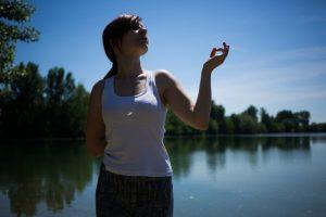 湖畔でゆったりする女性