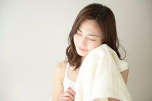 タオルで汗を拭う女性