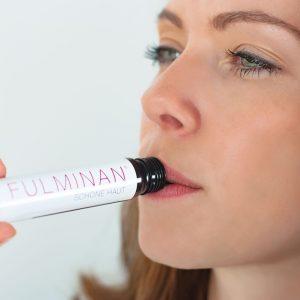 コラーゲンドリンク(栄養ドリンク)を飲む女性