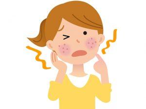 アレルギー反応を示す女性
