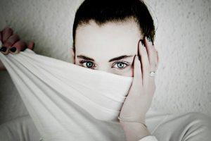 顔を布で隠す女性